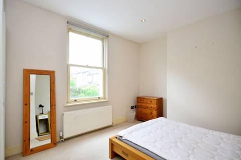 <b>Bedroom</b><span class='dims'> 13' x 10'6 (3.96 x 3.20m)</span>