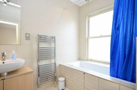<b>Bathroom</b><span class='dims'> 8'6 x 5'6 (2.59 x 1.68m)</span>