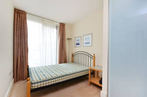 <b>Bedroom</b><span class='dims'> 12'7 x 8' (3.84 x 2.44m)</span>