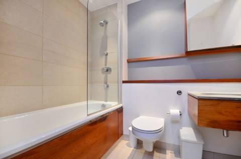 <b>Bathroom</b><span class='dims'> 8' x 5'11 (2.44 x 1.80m)</span>
