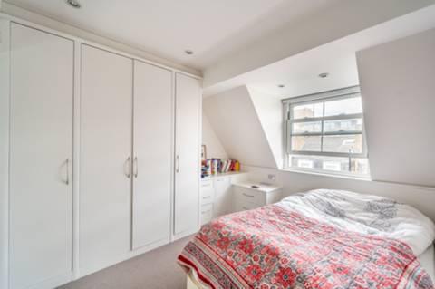 <b>Main Bedroom</b><span class='dims'> 15'1 x 12'3 (4.60 x 3.73m)</span>