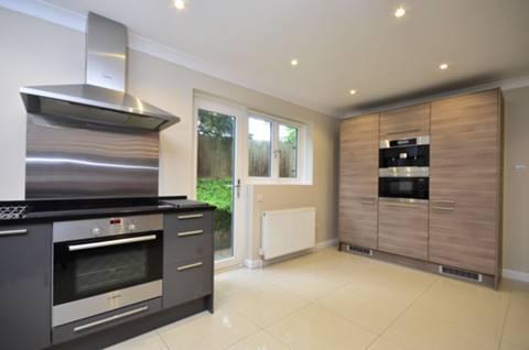 <b>Kitchen</b><span class='dims'> 17'7 x 11'7 (5.36 x 3.53m)</span>