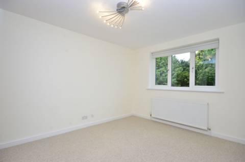 <b>Sixth Bedroom</b><span class='dims'> 10'11 x 10'3 (3.33 x 3.12m)</span>