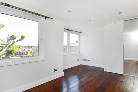 <b>Main Bedroom</b><span class='dims'> 14'6 x 13'8 (4.42 x 4.17m)</span>