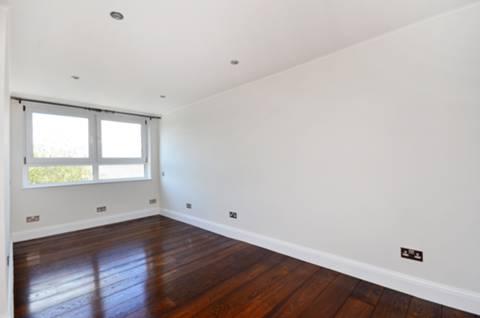 <b>Second Bedroom</b><span class='dims'> 19'6 x 8'1 (5.94 x 2.46m)</span>