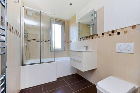 <b>Bathroom</b><span class='dims'> 14' x 5'5 (4.27 x 1.65m)</span>