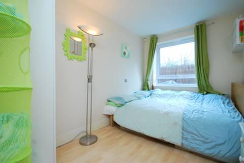 <b>Second Bedroom</b><span class='dims'> 13'11 x 7'9 (4.24 x 2.36m)</span>