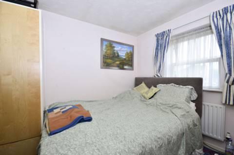 <b>Master Bedroom</b><span class='dims'> 11 x 8'9 (3.35 x 2.67m)</span>
