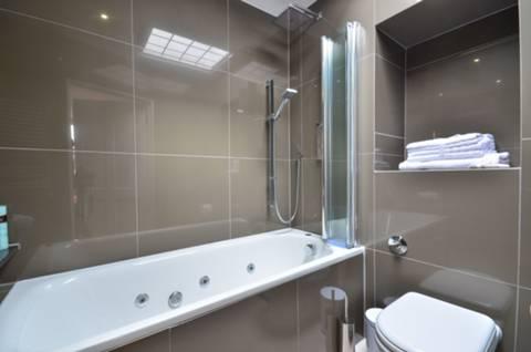 <b>En Suite Bathroom</b><span class='dims'> 10&#39;6 x 5&#39;3 (3.20 x 1.60m)</span>