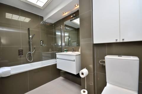 <b>Bathroom</b><span class='dims'> 9&#39;3 x 5&#39;9 (2.82 x 1.75m)</span>