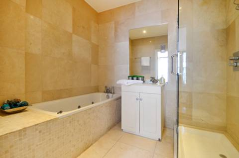 <b>Second En Suite Bathroom</b><span class='dims'></span>