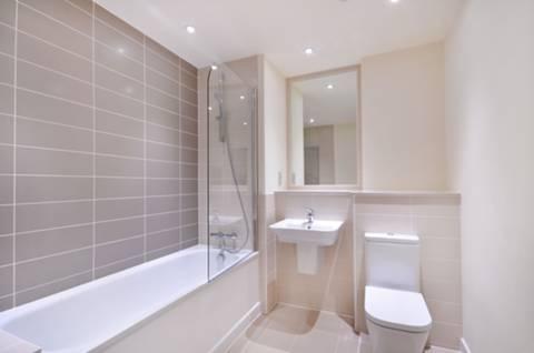 <b>Bathroom</b><span class='dims'> 8'5 x 7'3 (2.57 x 2.21m)</span>