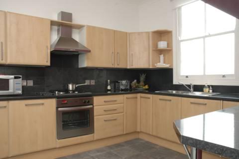 <b>Kitchen</b><span class='dims'> 12'3 x 10' (3.73 x 3.05m)</span>