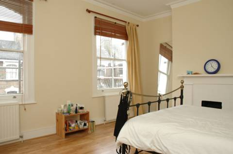 <b>Master Bedroom</b><span class='dims'> 15'9 x 12'3 (4.80 x 3.73m)</span>
