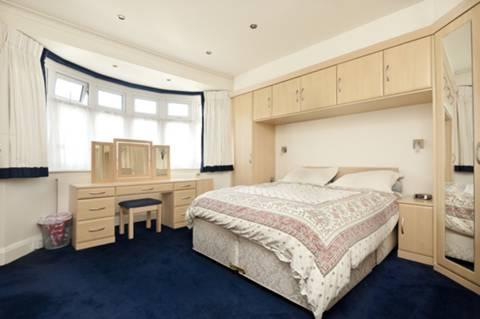 <b>Master Bedroom</b><span class='dims'> 15&#39;5 x 13&#39;7 (4.70 x 4.14m)</span>