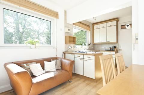 <b>Kitchen/Dining Room</b><span class='dims'> 18&#39;1 x 12&#39;6 (5.51 x 3.81m)</span>
