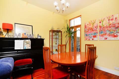 <b>Dining Room</b><span class='dims'> 11'2 x 9'9 (3.40 x 2.97m)</span>