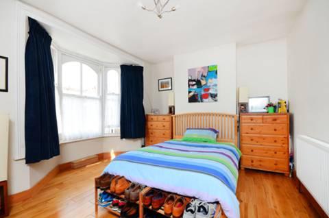 <b>Main Bedroom</b><span class='dims'> 15' x 13'6 (4.57 x 4.11m)</span>