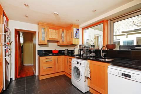 <b>Kitchen</b><span class='dims'> 18'3 x 11'5 (5.56 x 3.48m)</span>