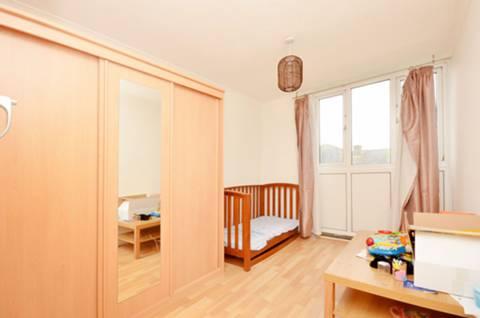 <b>Master Bedroom</b><span class='dims'> 14'3 x 8'6 (4.34 x 2.59m)</span>