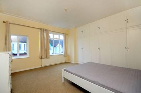 <b>Main Bedroom</b><span class='dims'> 15'8 x 14'6 (4.78 x 4.42m)</span>