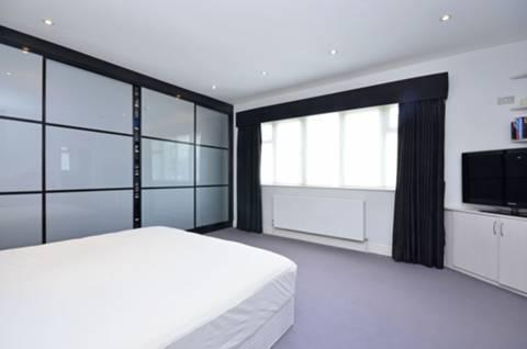<b>Master Bedroom</b><span class='dims'> 16&#39;9 x 14&#39;4 (5.11 x 4.37m)</span>
