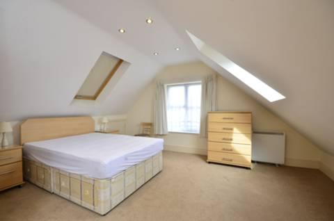<b>Bedroom</b><span class='dims'> 19&#39;5 x 15&#39;3 (5.92 x 4.65m)</span>
