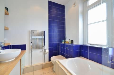 <b>En Suite Bathroom</b><span class='dims'> 8'9 x 8' (2.67 x 2.44m)</span>