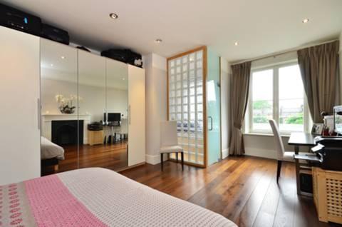 <b>Master Bedroom</b><span class='dims'> 20'4 x 13'11 (6.20 x 4.24m)</span>