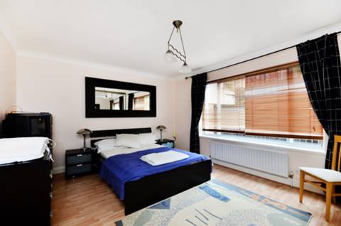 <b>Master Bedroom</b><span class='dims'> 15'11 x 12'6 (4.85 x 3.81m)</span>
