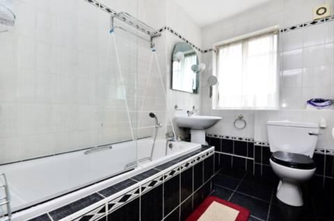 <b>Bathroom</b><span class='dims'> 9' x 6'2 (2.74 x 1.88m)</span>
