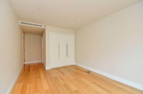 <b>Master Bedroom</b><span class='dims'> 21&#39;4 x 9&#39;10 (6.50 x 3.00m)</span>