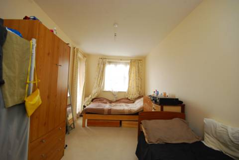 <b>Main Bedroom</b><span class='dims'> 17'6 x 8'5 (5.33 x 2.57m)</span>