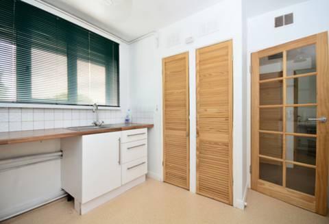 <b>Kitchen</b><span class='dims'> 11&#39; x 9&#39; (3.35 x 2.74m)</span>