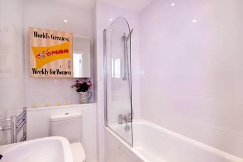<b>Bathroom</b><span class='dims'> 6'6 x 5'6 (1.98 x 1.68m)</span>