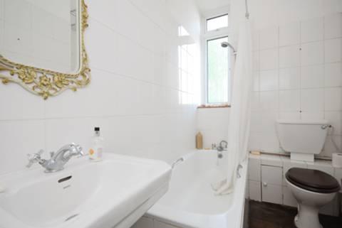 <b>Bathroom</b><span class='dims'> 10&#39;1 x 5&#39; (3.07 x 1.52m)</span>