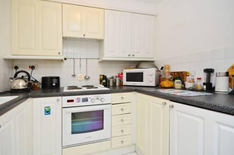 <b>Kitchen</b><span class='dims'> 8'5 x 6'5 (2.57 x 1.96m)</span>