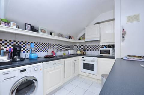 <b>Kitchen</b><span class='dims'> 16'10 x 9'6 (5.13 x 2.90m)</span>