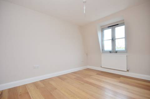 <b>Master Bedroom</b><span class='dims'> 12&#39;5 x 9&#39;2 (3.78 x 2.79m)</span>