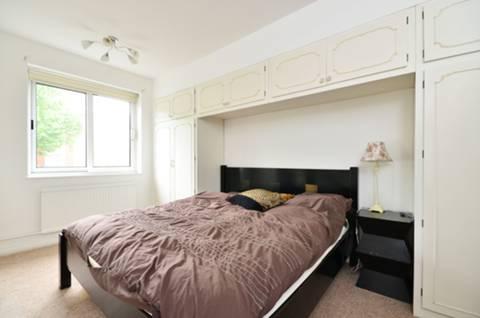 <b>Master Bedroom</b><span class='dims'> 16&#39;1 x 10&#39;5 (4.90 x 3.17m)</span>