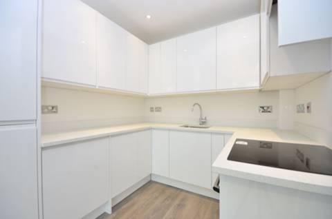 <b>Kitchen</b><span class='dims'> 7'8 x 6 (2.34 x 1.83m)</span>