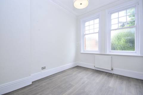 <b>Master Bedroom</b><span class='dims'> 11'4 x 9'9 (3.45 x 2.97m)</span>