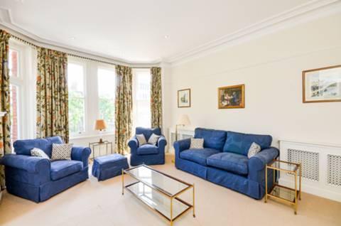 <b>First Reception Room</b><span class='dims'> 18'2 x 14'8 (5.54 x 4.47m)</span>