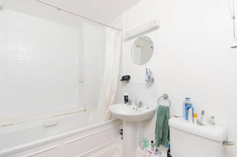 <b>Bathroom</b><span class='dims'> 8'4 x 5'10 (2.54 x 1.78m)</span>