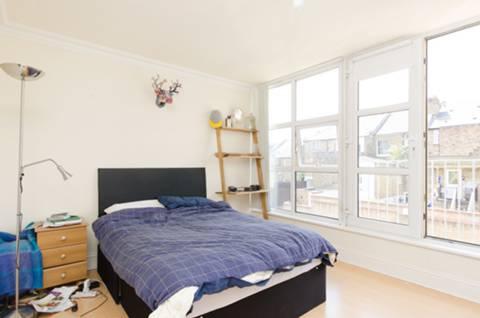 <b>Second Bedroom</b><span class='dims'> 15'6 x 10'5 (4.72 x 3.17m)</span>