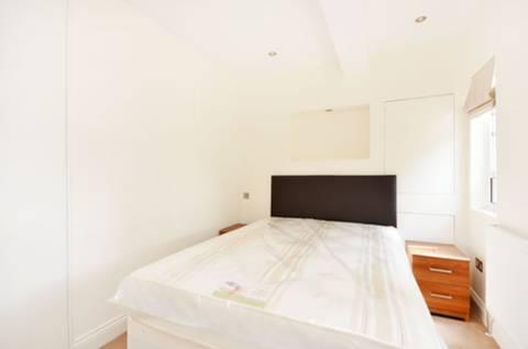 <b>Bedroom</b><span class='dims'> 10'2 x 10' (3.10 x 3.05m)</span>