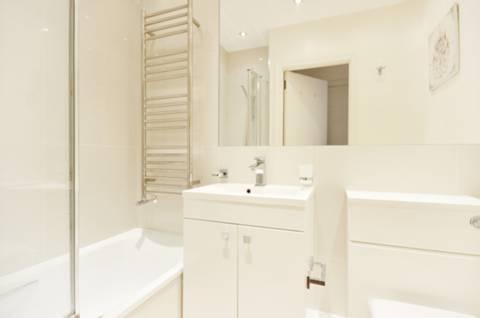 <b>Bathroom</b><span class='dims'> 6'8 x 5'4 (2.03 x 1.63m)</span>