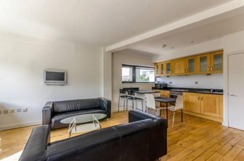 <b>Reception Room/Kitchen</b><span class='dims'> 21'5 x 15'2 (6.53 x 4.62m)</span>