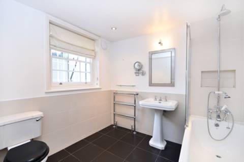 <b>Bathroom</b><span class='dims'> 8&#39;8 x 8&#39;3 (2.64 x 2.51m)</span>