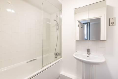 <b>Bathroom</b><span class='dims'> 7'9 x 5'7 (2.36 x 1.70m)</span>